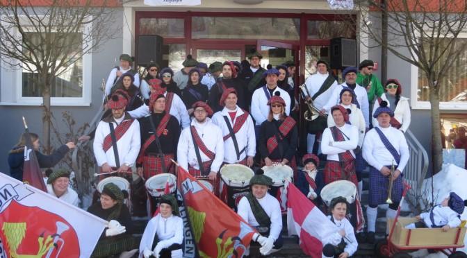 Fanfarenzug feiert den Haupttag der Schwäbischen Fasnet als Schotten
